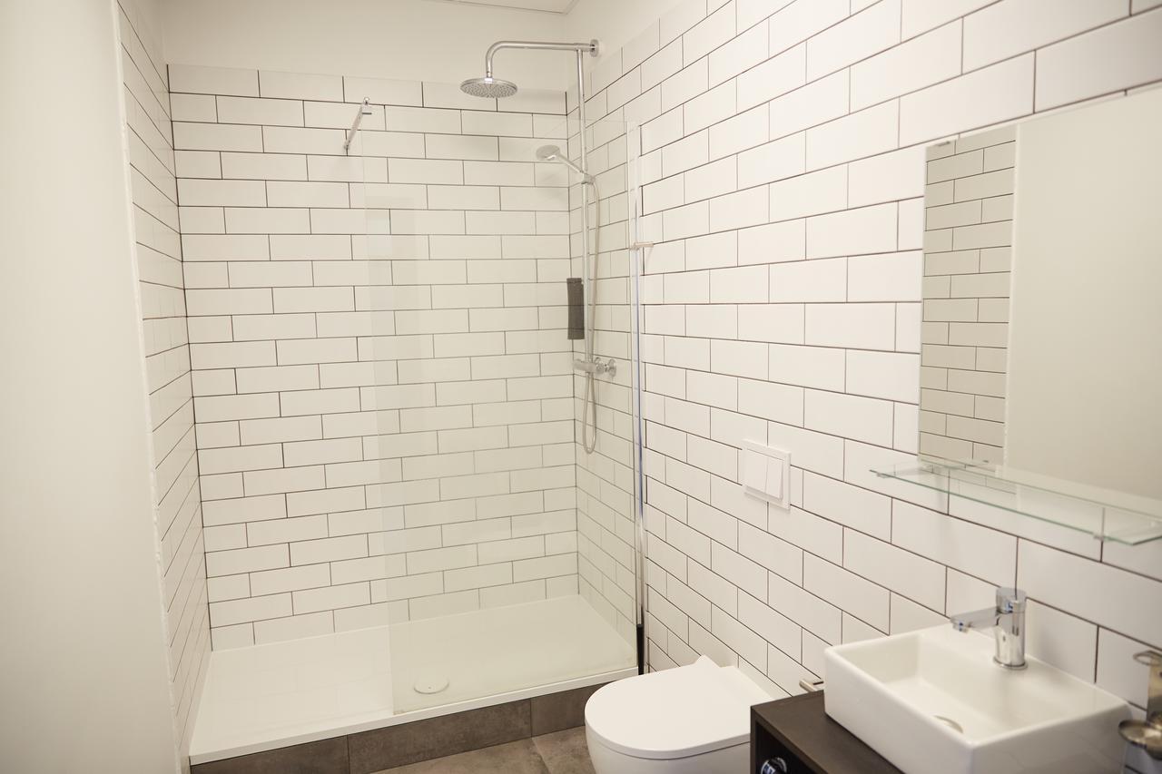 Base Hotel - Bathroom