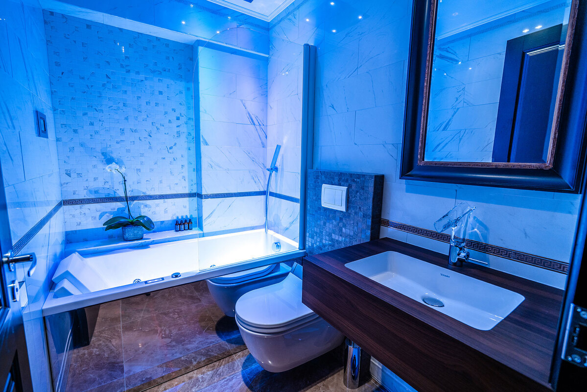 Diamond Suites - Topaz bath